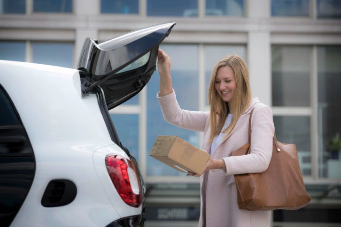 Daimler begins testing Smart car trunk delivery service with DHL