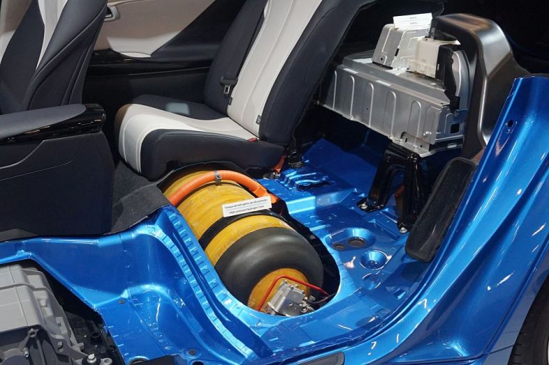 Toyota_Mirai_hydrogen_tank_and_electric_battery_SAO_2016_9030.jpg