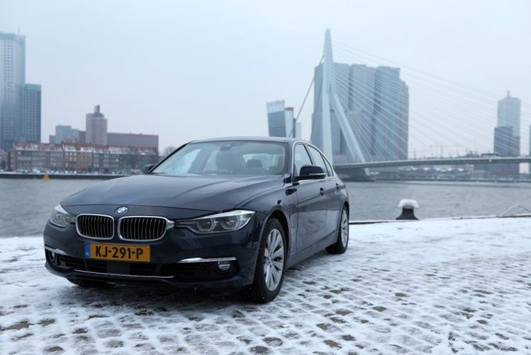 BMW Creates a Geo-Fenced Zone in Rotterdam Alerting Drivers to Switch to Electric-Only Mode
